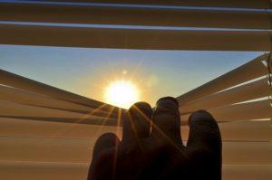 soleil le matin à travers les persiennes